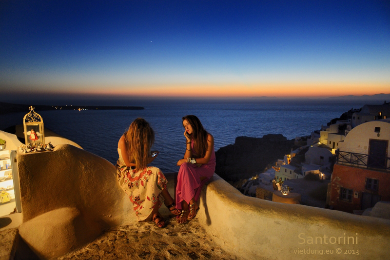 Santorini-Sunset-TwoGirls